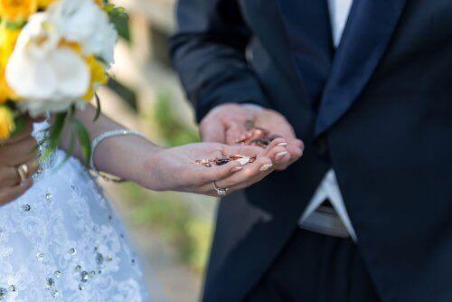 Par med bröllopsmynt