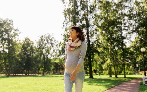 Promenerande gravid kvinna