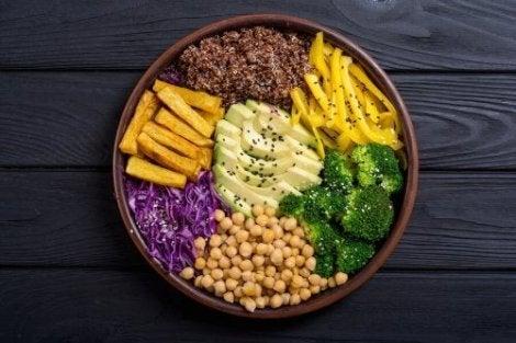 Råa grönsaker på tallrik