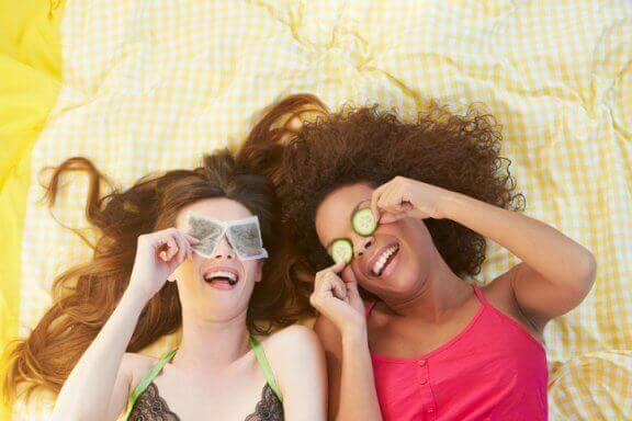 Använd tepåsar för att minska ringar under ögonen