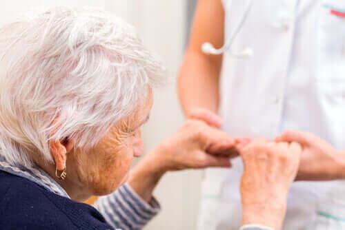 Äldre kvinna med sköterska