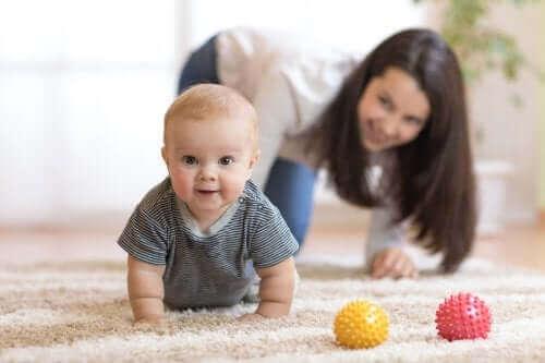 Tips för att uppmuntra bebisen att krypa