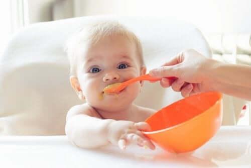 Bebis äter yoghurt