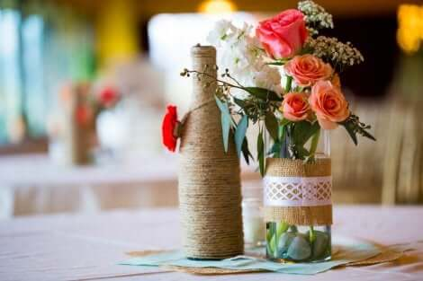 Hemgjorda bordspjäser med flaskor