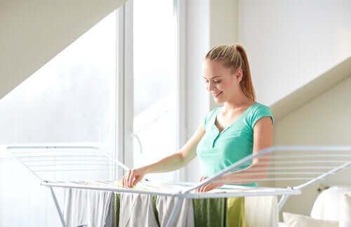 Kvinna torkar kläder