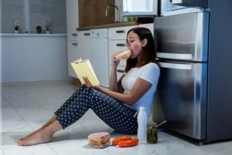 Kvinna tröstäter i köket