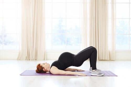 Kvinna utlovar pilates under graviditeten