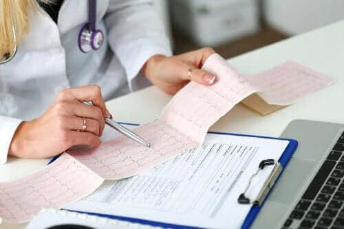 Läkare försöker tolka ett elektrokardiogram