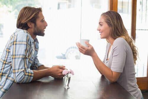 Par pratar över en kaffe