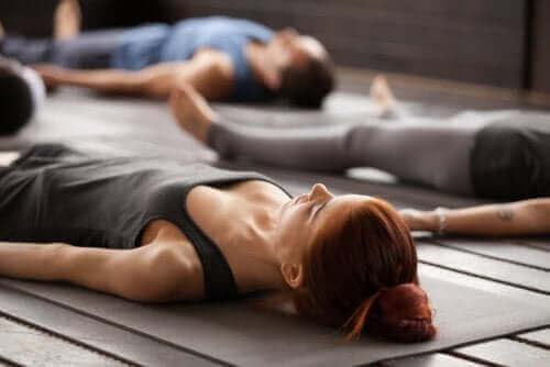 Personer utövar yoga