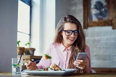 Ät inte med mobilen framme