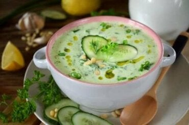 Recept på kalorisnål gurk- och avokadosoppa