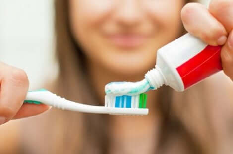 Kvinna borstar tänderna