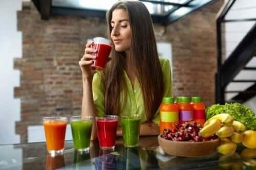 Kvinna dricker juicer