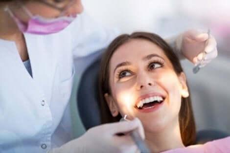 Kvinna hos tandlakaren