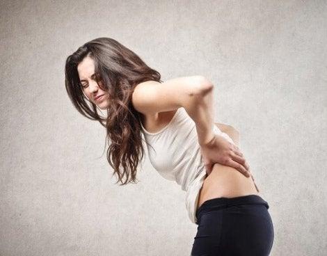 Kvinna med ont i ryggen