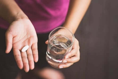 Kvinna med piller