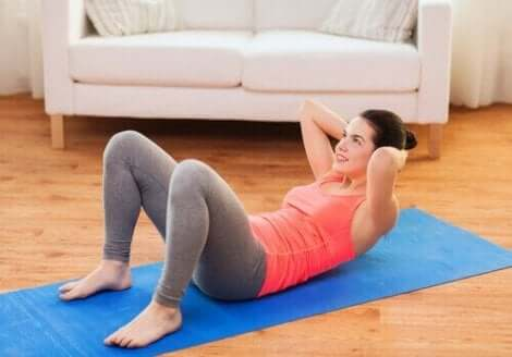Kvinna tränar de övre magmusklerna