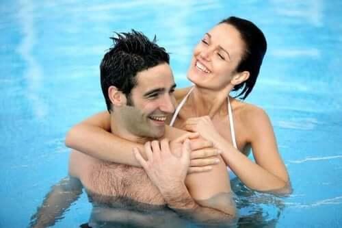 Par i simbassäng