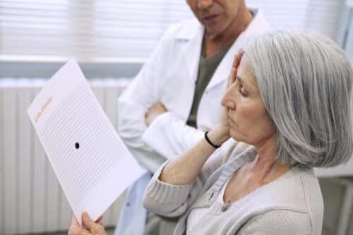 Kvinna tittar på amslerkort