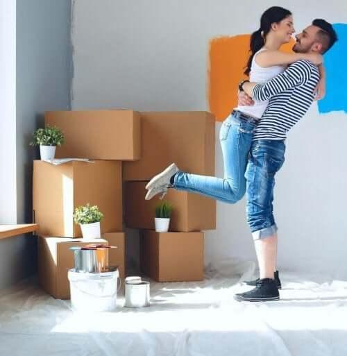 Lyckligt par flyttar in