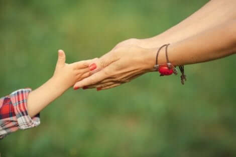 Mamma håller dotters hand