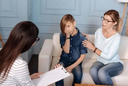 Pojke talar med psykolog