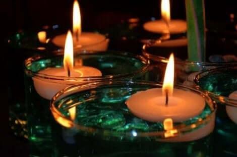 Stearinljus ger ett naturligt ljus