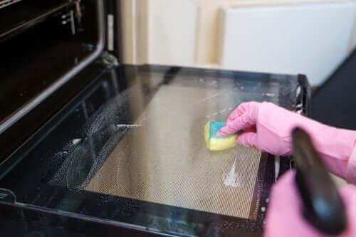 Fem effektiva tips för att rengöra ugnen