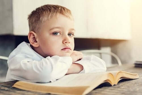 Uttråkad pojke i skolan
