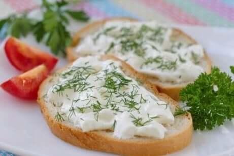 Vegansk ost med oregano och avokado