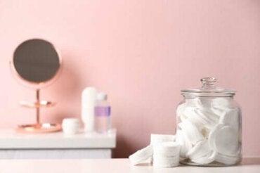 Återanvänd dina burkar för att organisera badrummet