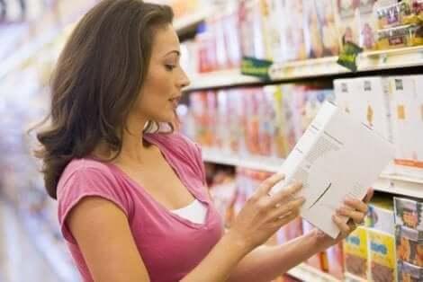 Kvinna läser på förpackning