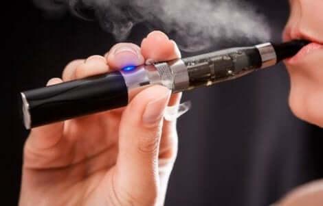 Kvinna med e-cigarett