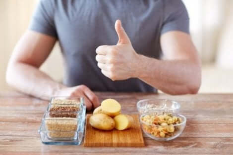 Man framför potatis och spannmål