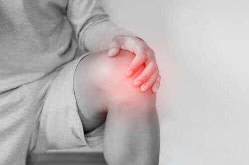 När knäskålen går ur led: orsaker och behandling