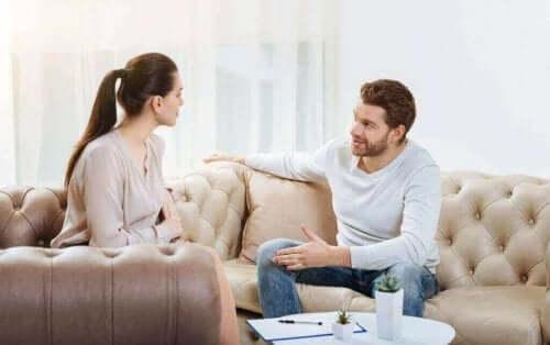 Par pratar på soffan