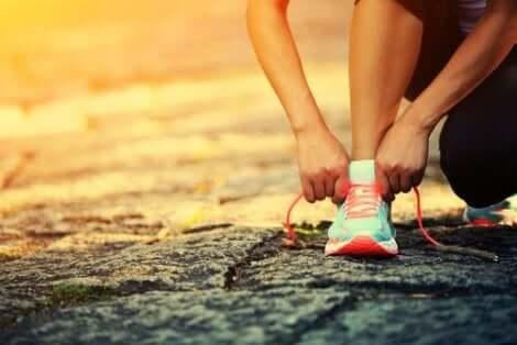 Person justerar skorna
