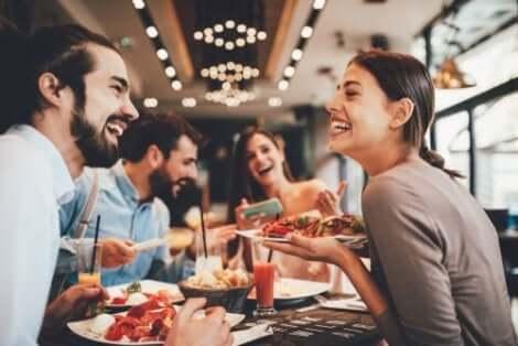 Vänner på restaurang