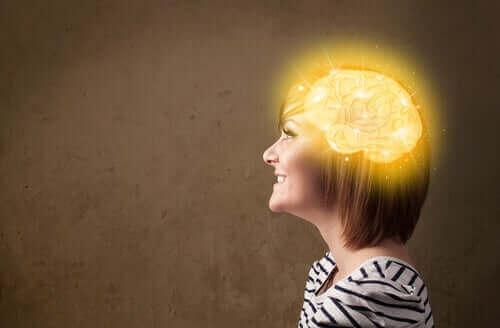 Kvinna med upplyst hjärna.