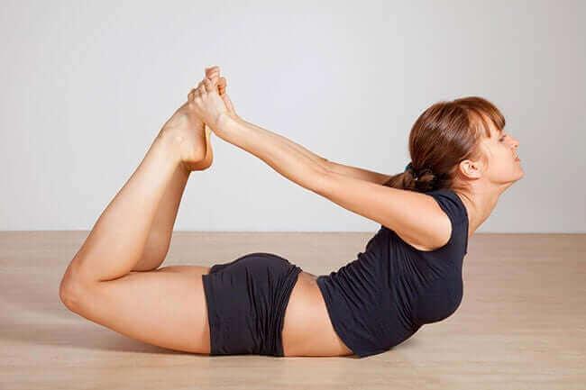 Testa olika yogapositioner for att träna magen