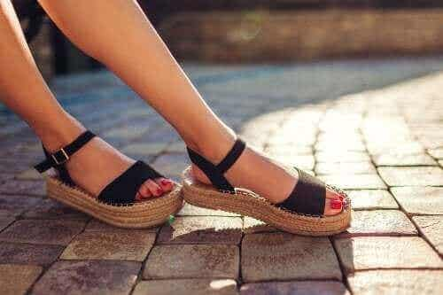 Tre sätt att bli av med dålig lukt i sandalerna