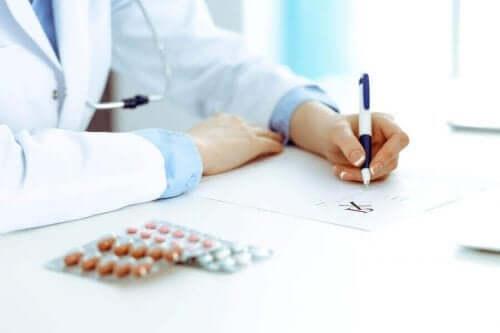 En doktor föreskriver medicin till en patient.