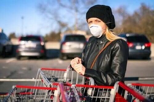 Vidta skyddsåtgärder för att undvika sprida coronaviruset när du handlar