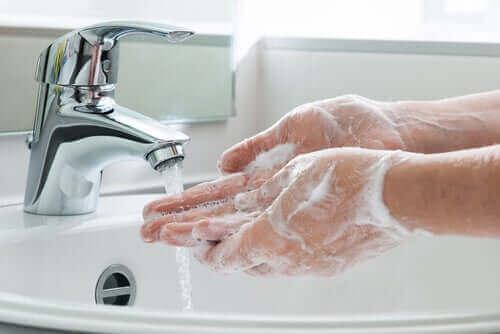 Tvätta händerna regelbundet.