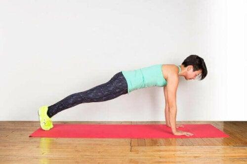 Plankan är bra träning för att hålla sig i form hemma