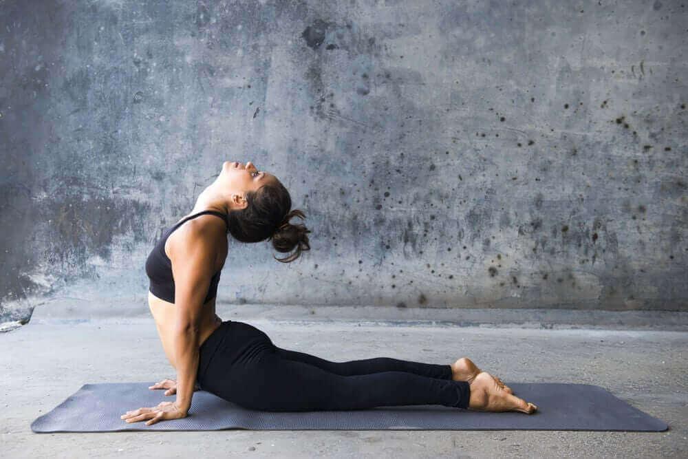 Det finns många yogapositioner som tränar magen