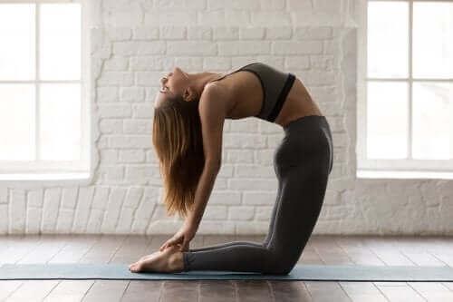 Testa dessa fem yogapositioner som tränar magen