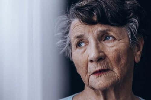 Äldre kvinna tänker