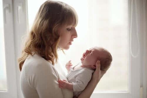 Få ut bebisens gaser: En baby med kolik tillsammans med sin mamma.